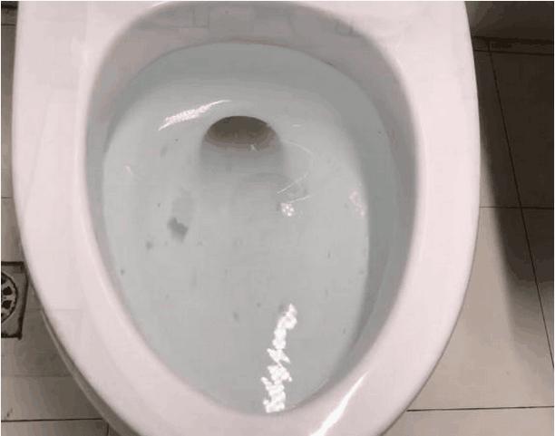 马桶堵了怎么办,马桶又堵又臭?上完厕所后上面包一层保鲜膜,1分钟就疏通!超快