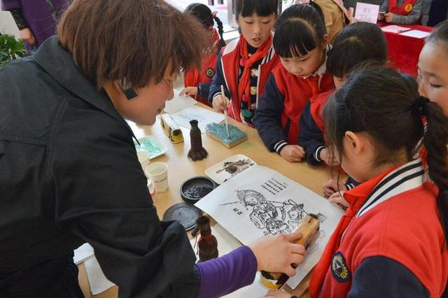 杭州印刷,雕版印刷技艺走进社区 杭州68岁阿姨印刷做得很溜
