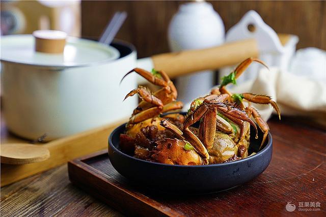 烧螃蟹的做法,大葱肉片烧闸蟹的做法