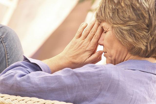 更年期症状有哪些,女性身体出现5个不同,说明更年期来临,做好4件事能减轻症状