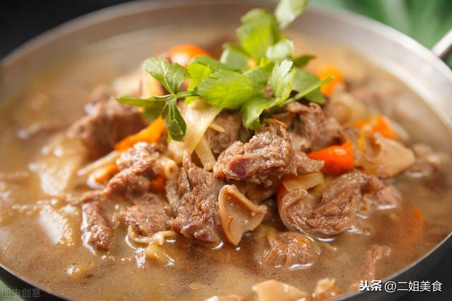 炖羊肉的家常做法,无论炖牛肉还是炖羊肉,多加2样,肉质软烂不塞牙,诀窍太管用了