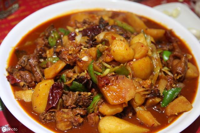 大盘鸡的家常做法,大盘鸡家常做法,记住1个妙招,鸡肉嫩滑无腥味,汤汁拌饭也好吃