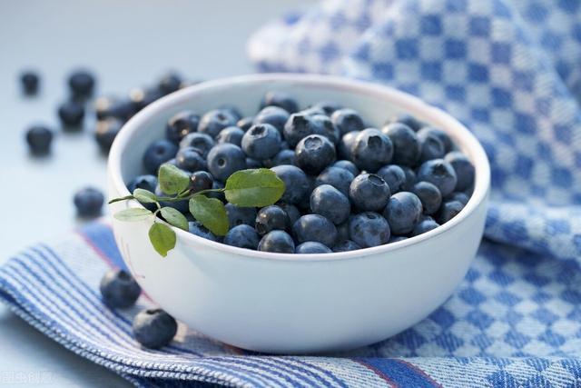 蓝莓的吃法,趁打折买了很多蓝莓,做成蓝莓酱就不怕坏了,多种吃法,营养美味