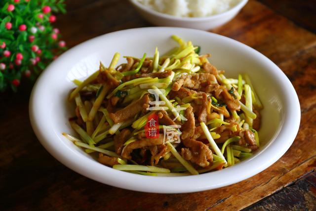 蒜苗炒肉的做法,蒜苗炒肉丝,家常快手小炒,颜色鲜亮,赏心悦目,特别下饭