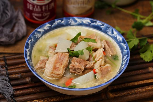 羊肉萝卜汤的做法,冬季食补首选羊肉,和白萝卜一起炖,香嫩营养无膻味,简单又好喝