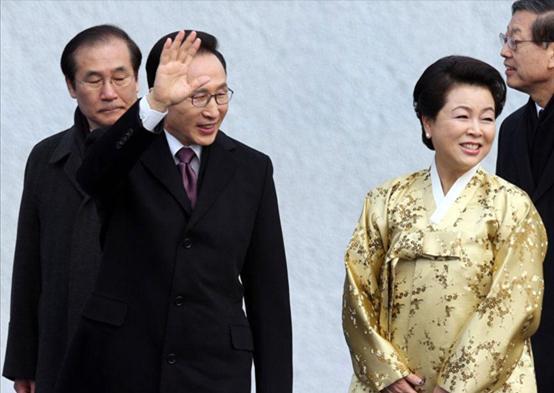 中国的寡头势力封界,海外英国日本的胁持,都让韩在国际性上自始