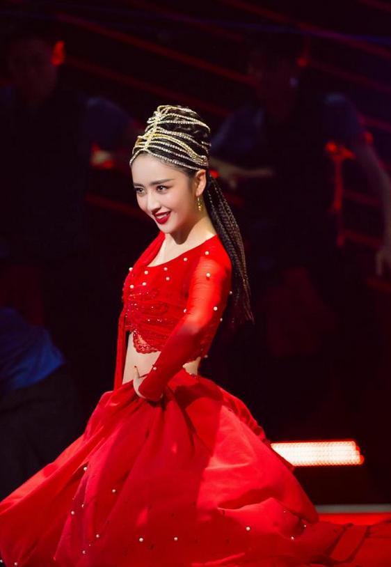 佟丽娅参演张杰新歌MV,雪中光脚跳舞灵动唯美,与张杰甜蜜相拥 全球新闻风头榜 第6张
