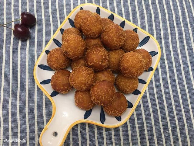 红薯丸子的做法,这才是红薯丸子最好吃的做法,软糯Q弹,上桌就被抢光