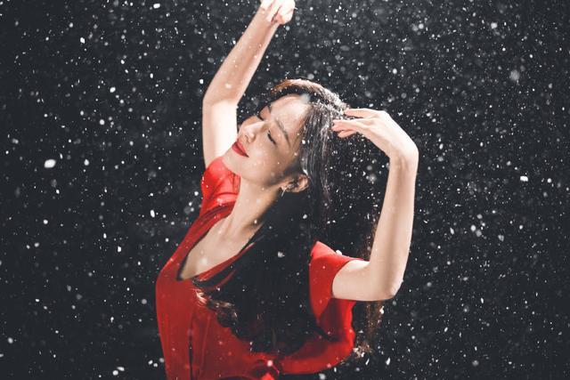 佟丽娅在张杰新歌MV中起舞 一袭红衣美出天际 全球新闻风头榜 第10张