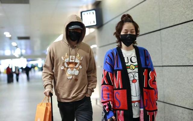 刘翔携妻子现身机场,穿万元情侣装秀恩爱,吴莎戴口罩难掩疲态