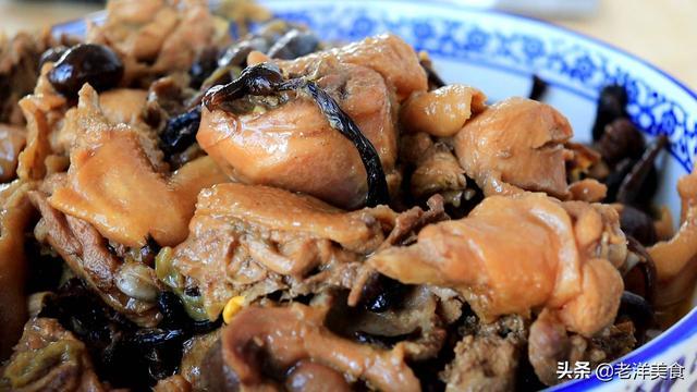 小鸡炖蘑菇的做法,东北名菜小鸡炖蘑菇的真正做法,汤汁鲜美,肉质软嫩