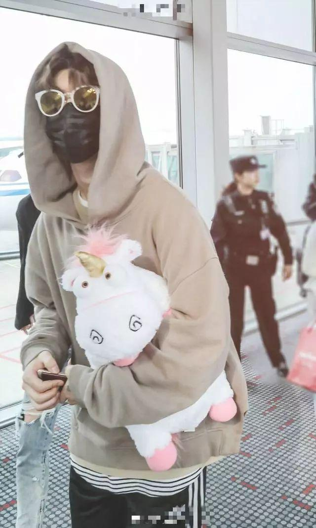 胡巴图片,男神机场都抱什么玩偶?井柏然抱胡巴,陈伟霆钟爱小猴子!