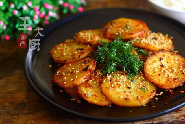 干锅土豆片的做法,干锅土豆片,做法简单,麻辣鲜香,外焦里嫩,吃完还想吃