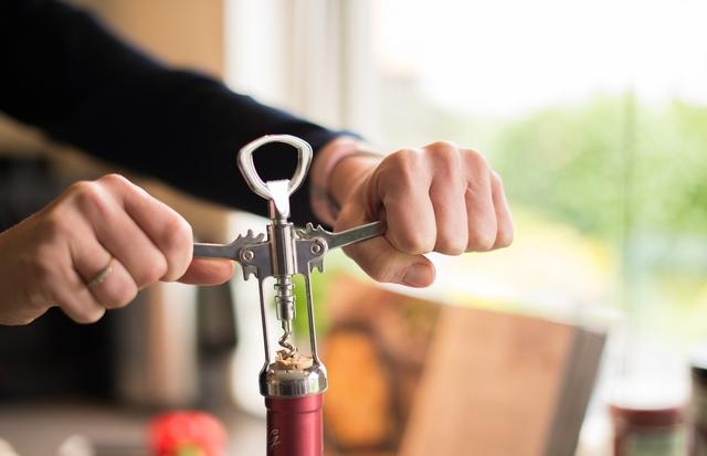 红酒没有开瓶器怎么开,家中无开瓶器巧开红酒瓶的6个妙招!都很简单,最后一招简单粗暴