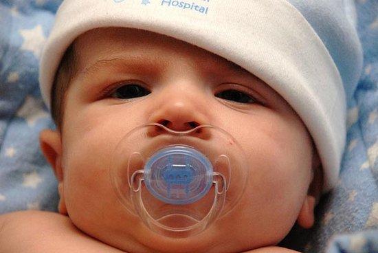 婴儿安抚奶嘴,宝宝多大开始使用安抚奶嘴?使用时需要注意什么?