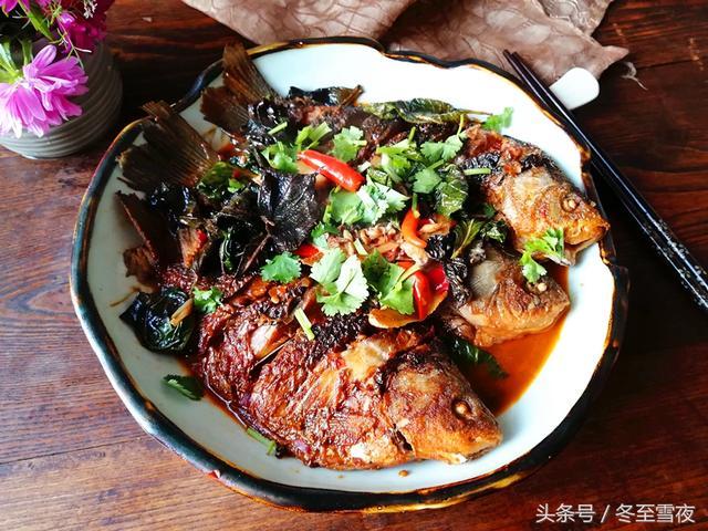 紫苏叶的吃法,把紫苏叶放到鱼里一起烧,味道鲜美,别具风味,很多人没吃过