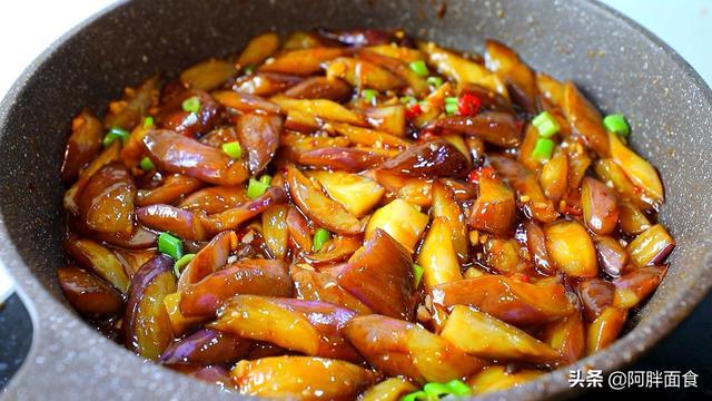 炒茄子的家常做法,炒茄子不吸油,学会这一招就够了,炒出来不黑不吸油,清爽好吃