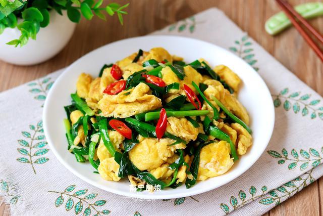 韭菜炒鸡蛋的做法,韭菜炒鸡蛋,很多人把放韭菜鸡蛋的顺序搞错了,难怪炒出来不鲜嫩
