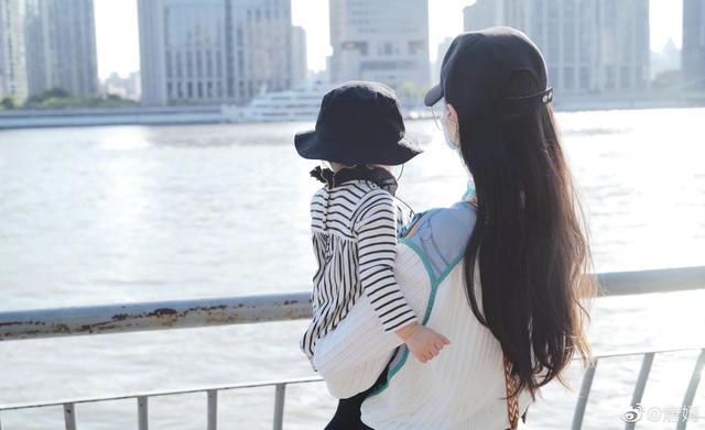 唐嫣晒女儿背影照,罗晋吐槽:快乐啥呀!六一还要被安排去上课 全球新闻风头榜 第2张