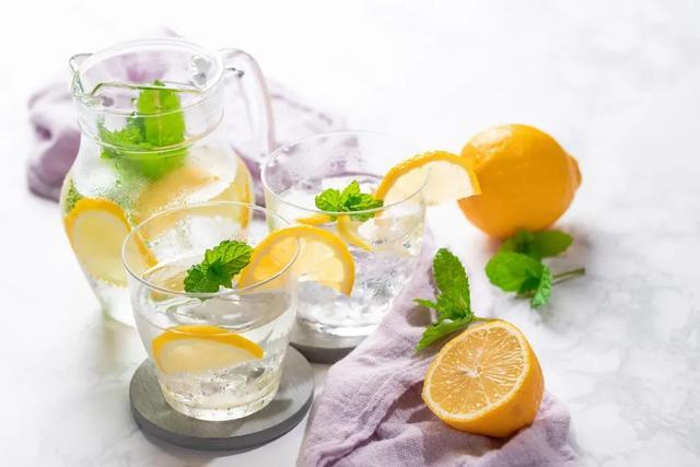 怎么做柠檬,为什么你的柠檬片泡水是清甜的,我的柠檬水就又酸又苦?