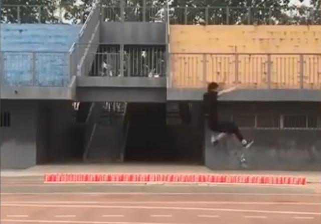 跳远技巧,厉害了!北京体育大学学生跳远像起飞,网友:你怎么在空中跑?