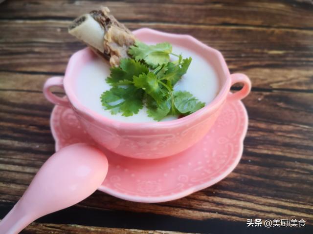 牛骨头汤的做法,牛骨头汤怎样才能熬出不腥不腻的奶白汤?关键这一步很多人不知道