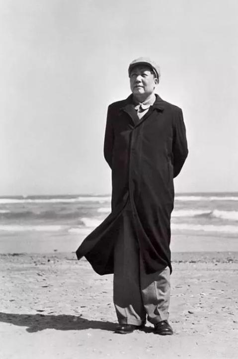 毛泽东简介,开国大典现场,摄影师侯波奋不顾身抓拍毛主席,拍下历史性的一幕