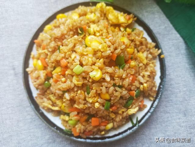 酱油怎么做,酱油炒饭怎么做才好吃?大厨教你技巧,米饭颗粒分明,好吃不粘锅