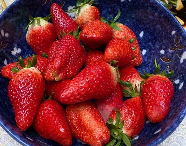 草莓的吃法,过年洗草莓,有人加盐有人加碱,都不对!教你正确做法,太干净了