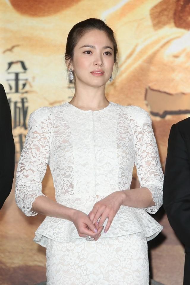 宋慧乔图片,宋慧乔单身后更懂打扮了,一身白色蕾丝套装优雅高级,端庄稳重