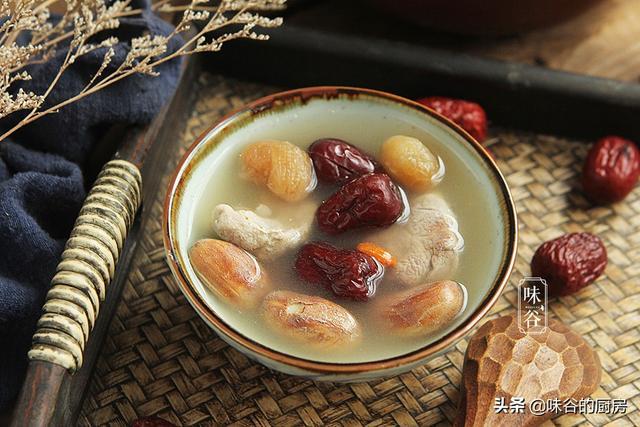 菠萝蜜的吃法,菠萝蜜核不要扔,用来熬汤,味道鲜美还补身,夏天要多喝
