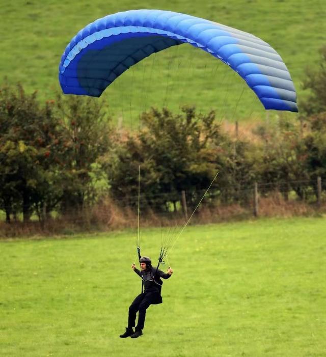 59岁阿汤哥高空跳伞,飞跃几百米惊险刺激,网友:身体素质真强 全球新闻风头榜 第1张