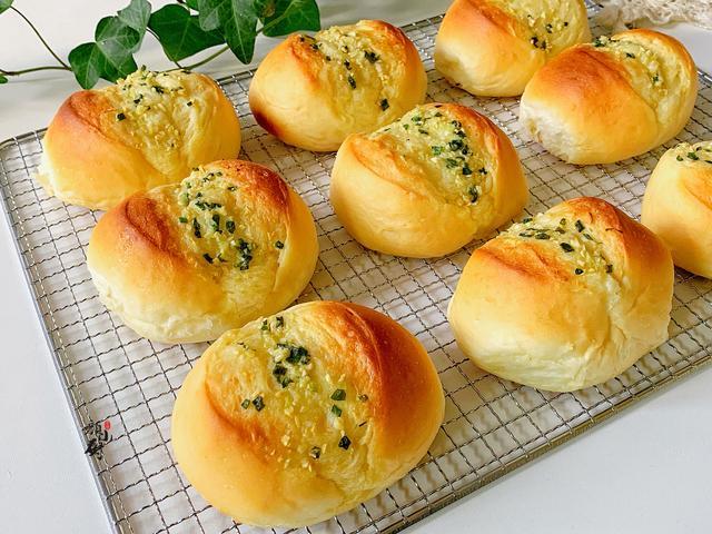 面包的做法,面包这做法火了,蒜香浓郁,松软拉丝,️一上桌就扫光