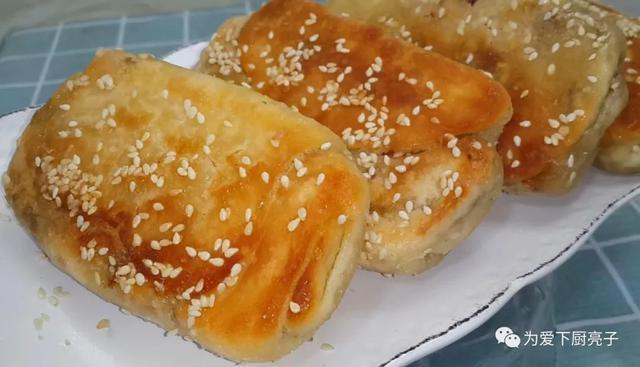 芝麻的做法,半斤面粉2勺芝麻,锅里一烙,好吃营养又解馋,比吃面包还过瘾