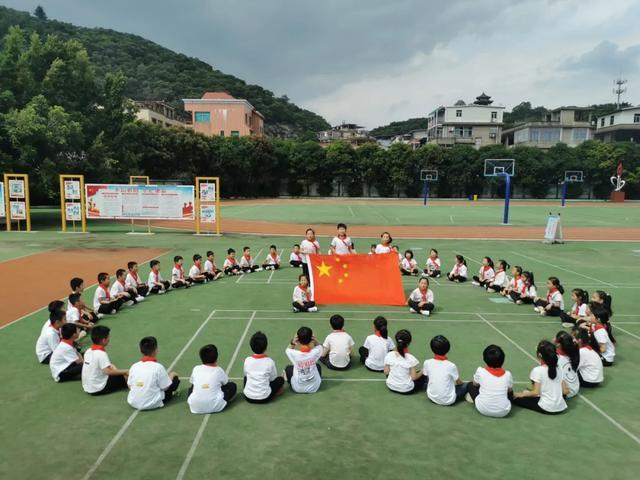 小学歌颂祖国的短诗,祖国,我为你自豪——鳌峰小学开展庆祝中华人民共和国成立71周年主题系列活动