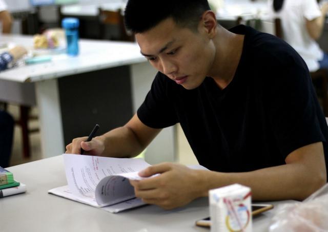 比英语四六级有用的证书,学生要尽早考下来,毕业后报考很麻烦