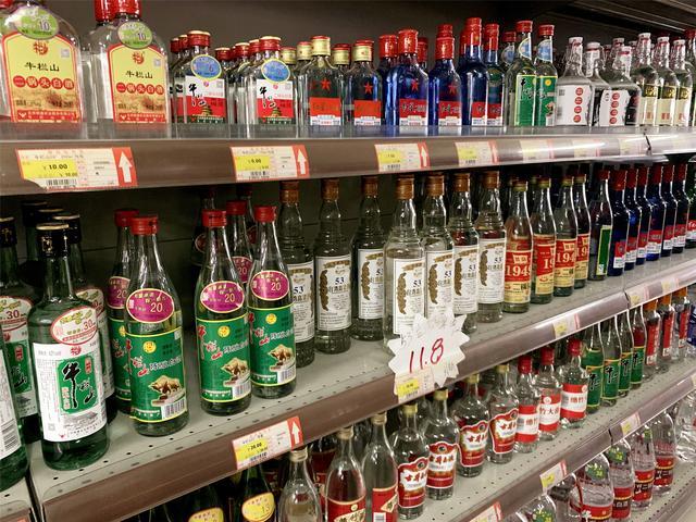 """纯粮酒有哪些品牌,超市常见的8种""""廉价白酒"""",只要30元以下,却都是纯粮酒"""