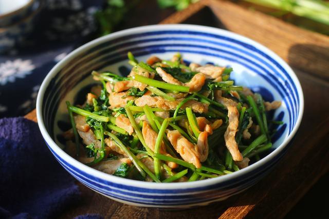 香菜的吃法,用香菜炒肉,香到没朋友,简单一炒就特下饭,天冷要多吃