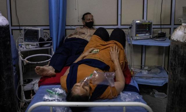 """港媒:印度一架飞香港客机至少53人确诊新冠,港府已实施""""熔断"""" 全球新闻风头榜 第3张"""
