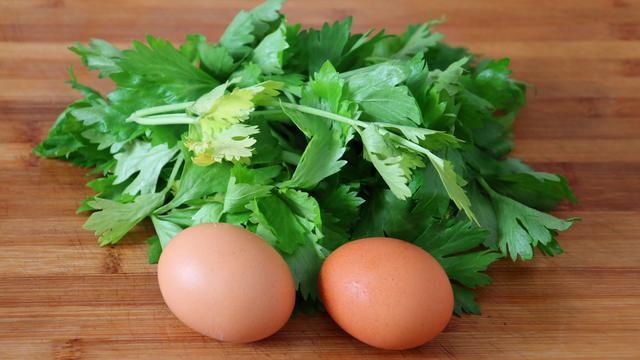 叶子的吃法,芹菜叶子不要扔了,加2个鸡蛋,教你秘制一做,上桌瞬间扫光