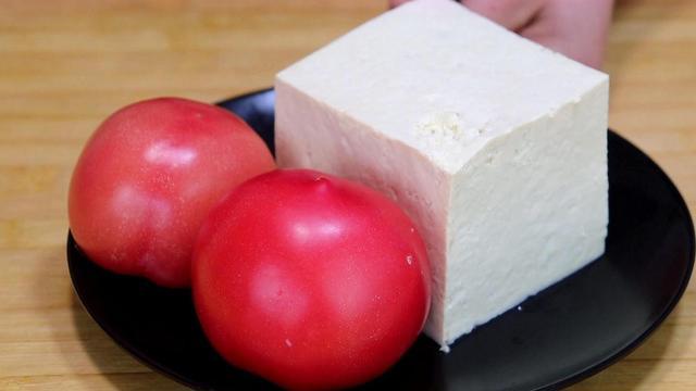 西红柿的吃法,1块豆腐,2个西红柿,简单一做,我家隔天做一次,来晚了吃不着
