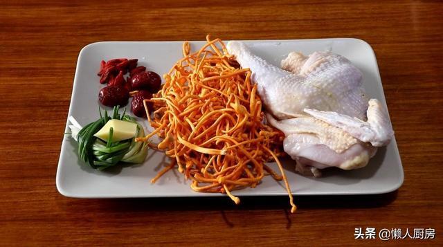虫草花的吃法,你吃过虫草花鸡汤吗?小火慢煨出来的鸡汤,喝着特别的鲜