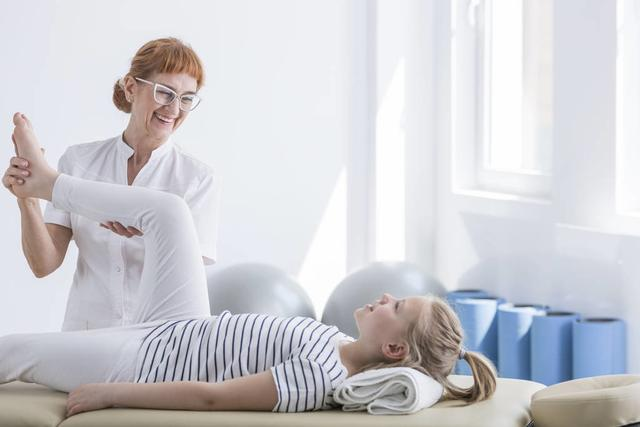 腰椎间盘突出压迫神经腿疼怎么治,腰椎间盘突出压迫神经,导致腿痛如何缓解?老中医分享治疗方案