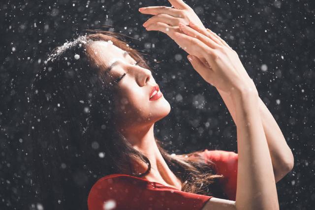 佟丽娅在张杰新歌MV中起舞 一袭红衣美出天际 全球新闻风头榜 第7张