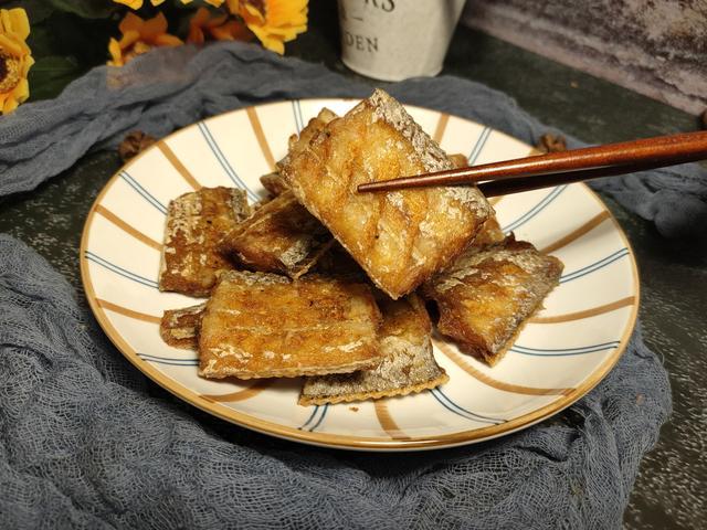 干炸带鱼的做法,干炸带鱼,挂面糊还是加面粉,都不对,教你正确做法,香酥脆