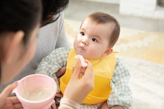 婴儿米粉怎么吃,宝宝的辅食米粉应该怎么喂?这3点注意事项,爸爸妈妈先看看吧