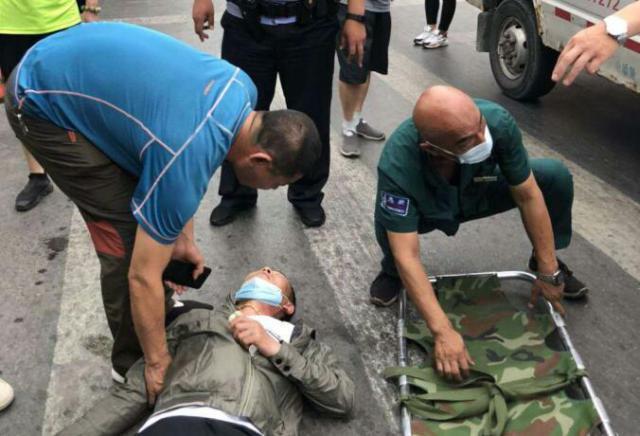 男子横过马路被撞倒 司机竟是寻找他的妹夫