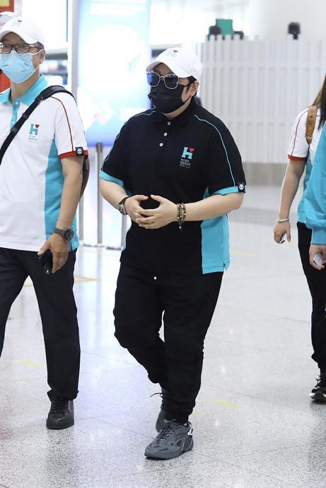 韩红暴瘦40斤后现身机场,和员工穿同款上衣,手戴珠链显富态 全球新闻风头榜 第2张