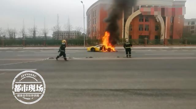 2百万法拉利突然自燃,车主看着它烧成空壳,公共视频还原起火经过