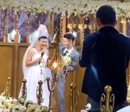 姐姐婚礼弟弟拉横幅庆祝,镜头拉进一看笑疯了网游 全球新闻风头榜 第4张
